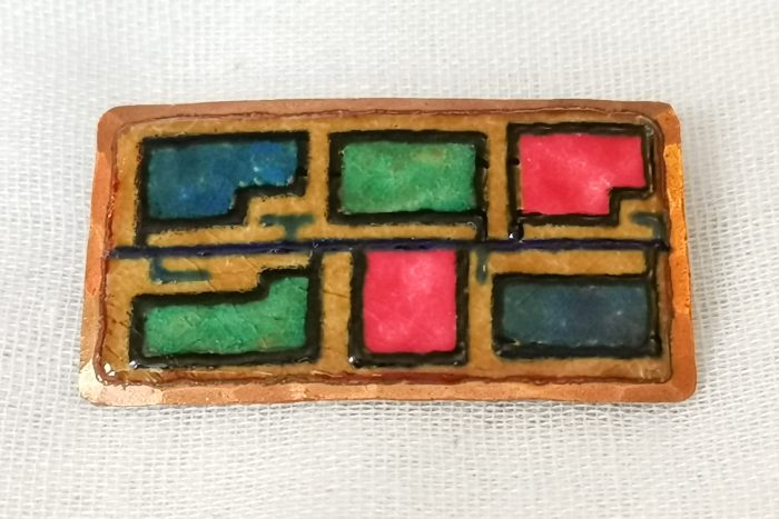 Fabulous Scandinavian vintage brooch dating from the 1960s. This Rolf and Soleig Haukaas abstract enamel copper brooch from Norway features an abstract block design with a raised black outline which provides a lovely depth. This is a rectangular shaped brooch with a pink, green and blue pattern. The back has the makers mark which is a backward S and R as well as the words HÅNDARBEID BALESTRAND NORGE. The brooch pin is a secure ring safety catch. There is a tradition of excellent Modernist design work in enameled jewellery from Norway and Scandinavia. The brooch weighs23 grams. It measures 5.2 cm in diameter. Presented in a beautiful satin drawstring bag.